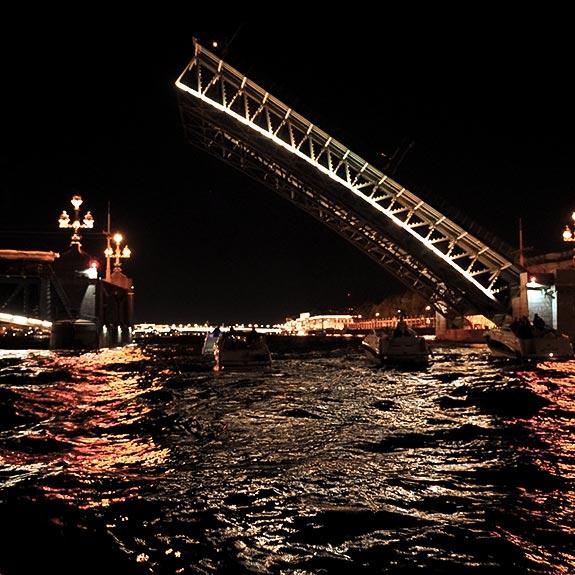 Троицкий мост, ночная разводка, вид с теплохода.